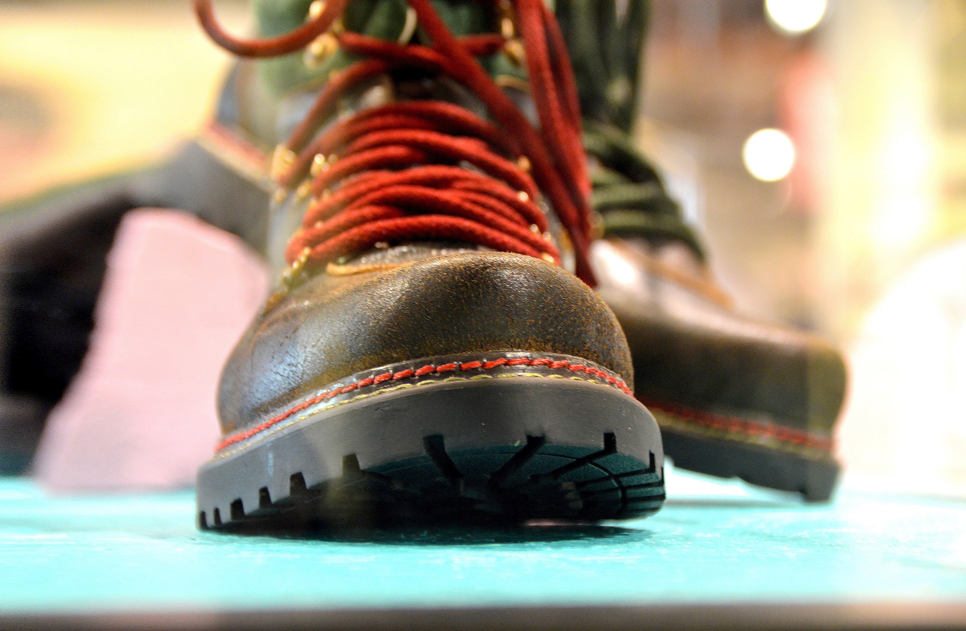 hiking-shoes-1547792_1920